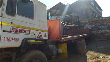 Tri axle crane truck for sale with crane on