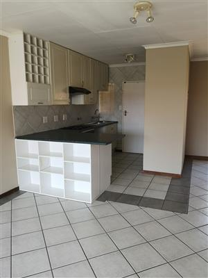 Neat simplex in a complex. Close to shops.A must have!!!! Available 1 October!! Moreleta park
