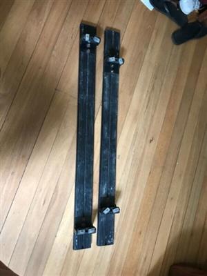 Roof rack with adjustable feet