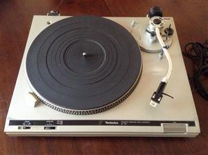 Turntable (Tecnics)  with 114 records