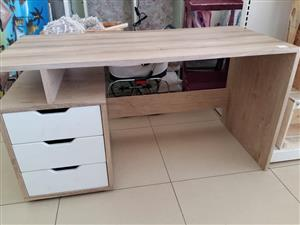 Light wooden desk with 3 drawers