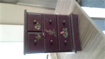 Jewelery chest drawers
