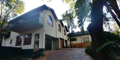 A room in a spacious 4 bedroom flat available on 8th January 2019 for R2500pm
