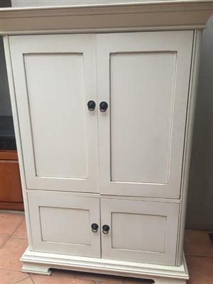 TV / DISPLAY CABINET. STUNNING WHITE WETHERLYS/OSIERS TV CABINET.
