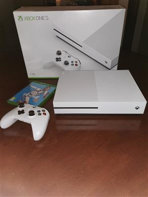 Xbox one s 1Tb with controller and Fifa19