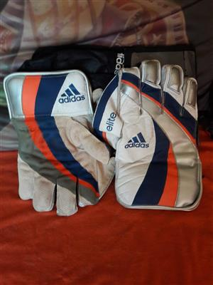 Keeper pads and keeper gloves