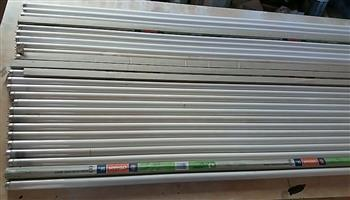 25 x 5 Foot fluorescent lights. R100 for the lot. New and second hand.