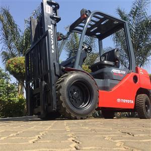 Toyota 8 series 2.5 ton Semi-Rough Terrain forklift for sale