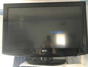"""2 x LG 32"""" LCD/LED TV's + Remotes"""