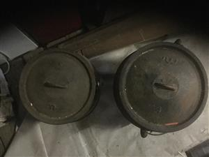 Potjiekos nommer 3 en 4 driepoot potte in goeie kondisie vir beide