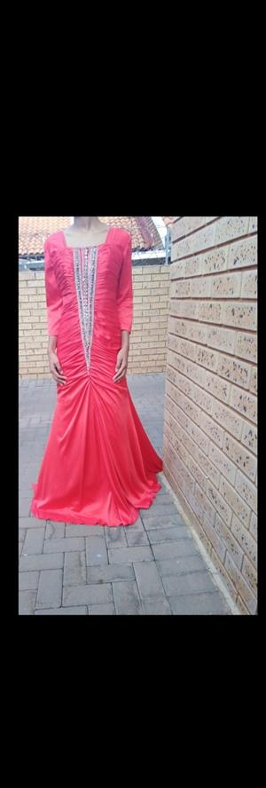 DRESS FOR WEDDING, FORMAL FUNCTINS OR MATRIC BALL FUNCTION