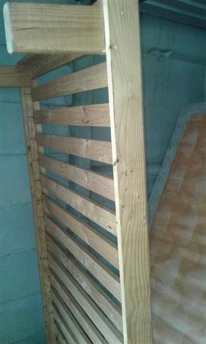 Light wooden pallet single bed frame