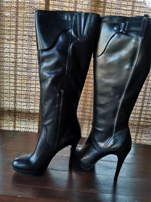 BLACK LEATHER BOOTS. ITALIAN