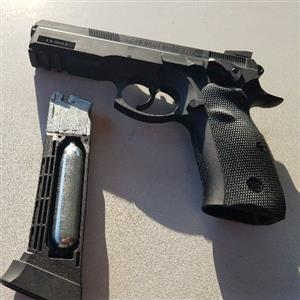 CO2 PISTOL & HOLSTER