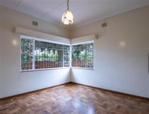 MENLO PARK close to Menlyn Commune Beautiful Big Room Immediately available in Nice Quiet House on Main Routes