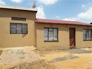 2 BEDROOMS HOUSE WITH 5 BACK YARD ROOMS FOR SALE R480 000.00 TEMBISA EMFIHLWENI SECTION CALL SOPHY @ 0760813571