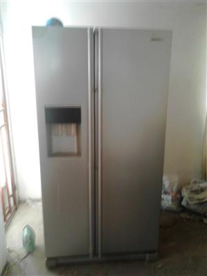 Sumsang double door fridge with double water presers at the door