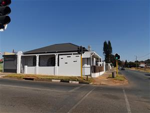Building to Rent on Busy Intersection. Huge earning potential.