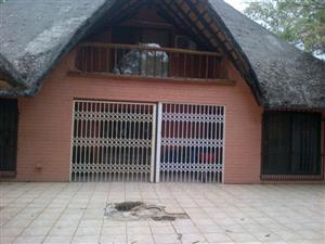 Leeupoort Dubbelverdieping Grasdakvakansiehuis te huur naby Thabazimbi Limpopo