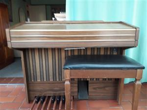 Lowrey organ with stool 100% working condition