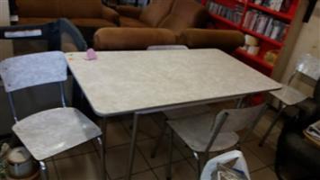 Kombuis tafel en 4 stoele