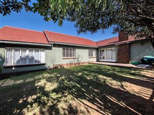 Houseshare: Separately rented bedrooms available in this cozy house in Blairgowrie, a secure neighbourhood in Randburg Near MultiChoice