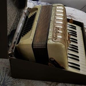 Hohner Arietta Im Pearl Piano Accordion - Vintage Collection