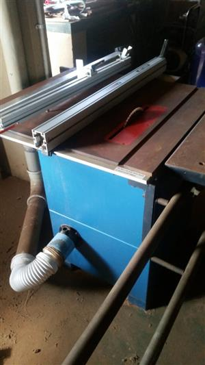Table saw with sliding table