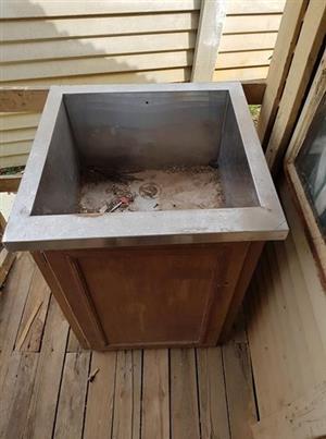 Single deep outdoor sink