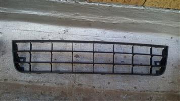 Golf 5 font bumper down center grill, price R100