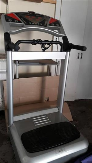 Exercise machine with vibrating plate