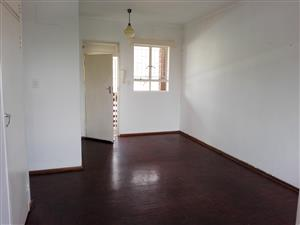 Pretoria North. Flat to let.  Older, but spacious, neat, 1 bed flat with balcony, lounge, kitchen, bathroom, parking
