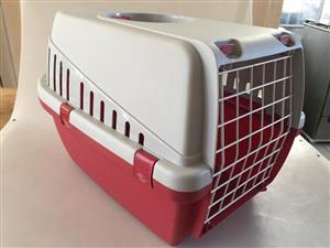 Compact plastic Pet Travel Box - Dimensions:32x40x31cm (Lxwxh)