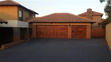 4 bedroom Mension for sale, has 3 garages, swimming pool and big yard. Price in R4.4m Negotiable. Bankenveld Estate in Witbank