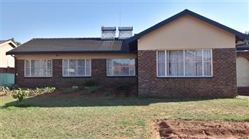 4 Bedroom house with flatlet for sale in Meyerspark Pretoria East