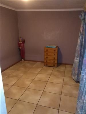 TO LET - ILLIONDALE: Bachelor flat - R4000pm
