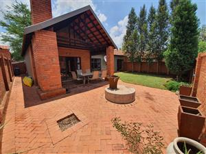TO LET  - MODERN 3 BEDROOM TOWNHOUSE - PREPAID ELECTRICITY EQUESTRIA PRETORIA EAST