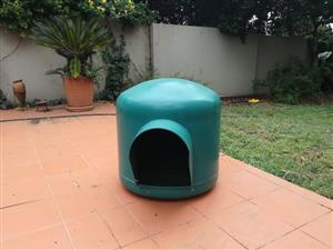 Medium/Large igloo dog kennel in good condition.