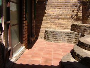 PRETORIA NORTH - ACCOMODATION - 1 BEDROOM GARDEN FLAT ABOVE BERG AVENUE FOR SINGLE PERSON