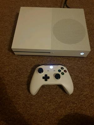 Xbox one s 1tb R3500 with 1 free game disc 1 remote and all cables
