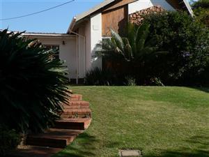 Lynnwood Glen. 24h00 sekuriteits woonbuurt. 2 slaapkamer tuinwoonstel aan huis. Naby Strubendam vir stappers.