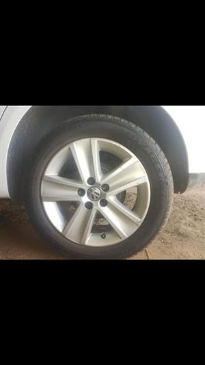 4x 195/55/15 polo rims met tyres (95%loopvlak)