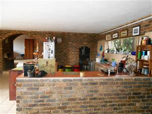 Clubview: 5 bedroom house on plot to rent