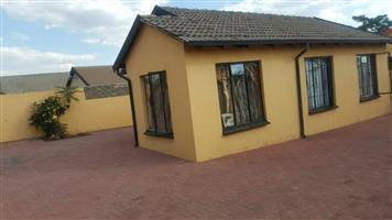Soweto massive 3bedroomed house to rent for R4000