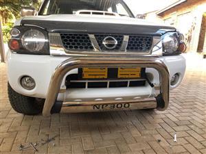 Nissan np300 nudge bar