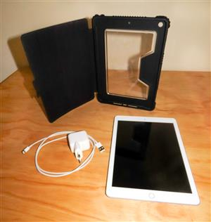 Apple iPad 6 WiFi 32GB 9,7 inch Silver Back with a Bodyglove Smartsuite Cover