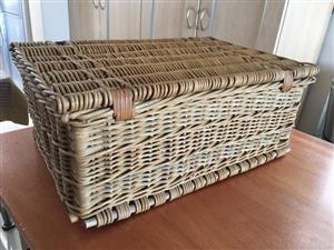 Large Wicker picnic basket with internal compartments