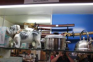 Porcelain bulldog and mini pot