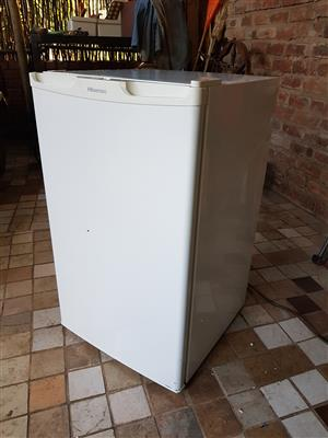 White 130 liter bar fridge with small freezer compartment in  side in excellent condition (+- 1 year old) and working 100% ideal for student or single person - R1195 cash if you collect.  I CAN DELIVER for only R200.  Whatsapp , sms or call Pierre on 0825784861.