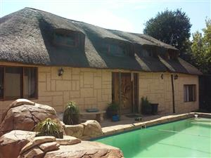 Mooi 3 slk grasdak kothuis te huur Roseacre Johannesburg Suid